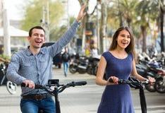 Молодые пары на электрических велосипедах стоковое фото rf
