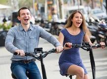 Молодые пары на электрических велосипедах Стоковое Изображение