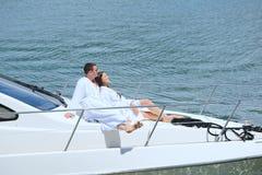 Молодые пары на яхте стоковые фотографии rf