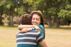 Молодые пары обнимая в парке Стоковые Фотографии RF