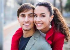 Молодые пары обнимая в парке стоковое изображение rf