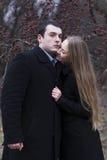 Молодые пары обнимая в падая парке Стоковое Изображение