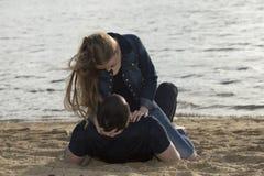 Молодые пары обнимая на пляже Стоковое Фото
