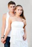 Молодые пары обнимая один другого Стоковые Фото