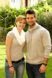 Молодые пары обнимая outdoors стоковые изображения