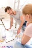 Молодые пары обсуждая план квартир Стоковое Фото