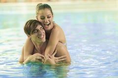 Молодые пары ослабляя в бассейне Стоковые Изображения RF