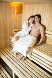 Молодые пары ослабляя в сауне Стоковые Фото