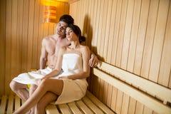 Молодые пары ослабляя в сауне Стоковое Изображение RF