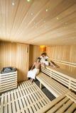 Молодые пары ослабляя в сауне Стоковое Фото