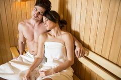 Молодые пары ослабляя в сауне Стоковое Изображение