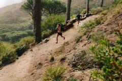 Молодые пары отстают ход на пути горы Стоковые Изображения