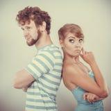 Молодые пары после ссоры обиденной спина к спине Стоковое Изображение RF