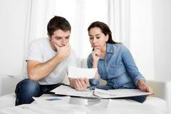 Молодые пары потревожились дома в оплатах банка бухгалтерии стресса Стоковые Фото