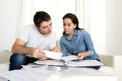 Молодые пары потревожились дома в оплатах банка бухгалтерии стресса Стоковое фото RF