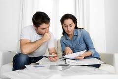 Молодые пары потревожились дома в оплатах банка бухгалтерии стресса Стоковая Фотография RF