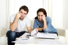 Молодые пары потревожились дома в оплатах банка бухгалтерии стресса Стоковые Изображения