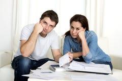 Молодые пары потревожились дома в оплатах банка бухгалтерии стресса Стоковые Фотографии RF
