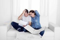 Молодые пары потревожились дома в оплатах банка бухгалтерии стресса Стоковое Изображение RF