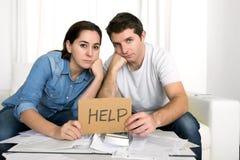 Молодые пары потревожились дома в плохом финансовом стрессе ситуации Стоковое фото RF