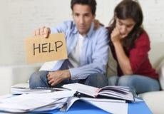 Молодые пары потревожились дома в плохом финансовом стрессе ситуации прося помощь Стоковое Фото