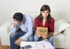 Молодые пары потревожились дома в плохом финансовом стрессе ситуации прося помощь Стоковое фото RF