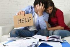 Молодые пары потревожились дома в плохом финансовом стрессе ситуации прося помощь Стоковые Изображения