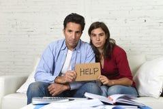 Молодые пары потревожились дома в плохом финансовом стрессе ситуации прося помощь Стоковая Фотография RF