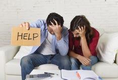 Молодые пары потревожились дома в плохом финансовом стрессе ситуации прося помощь Стоковое Изображение RF