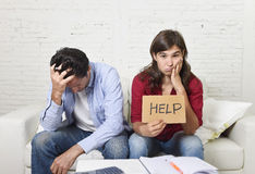 Молодые пары потревожились дома в плохом финансовом стрессе ситуации прося помощь Стоковая Фотография