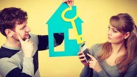 Молодые пары потревожились о деньгах для дома Стоковые Изображения RF