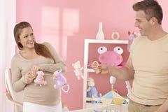 Молодые пары подготавливая комнату младенца Стоковое Изображение RF
