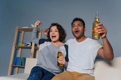 Молодые пары подготавливая наблюдать спичку Стоковые Изображения
