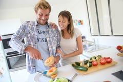 Молодые пары подготавливая обед совместно Стоковая Фотография RF