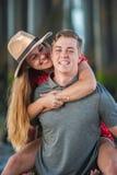Молодые пары подростка деля смех стоковые изображения