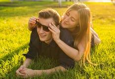Молодые пары подростка имеют потеху в луге Стоковое Фото