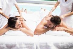 Молодые пары получая задний массаж от masseur стоковая фотография