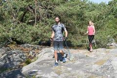 Молодые пары практикуя нордическую прогулку ` s стоковые фотографии rf