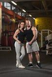 Молодые пары представляя в спортзале Стоковые Фотографии RF
