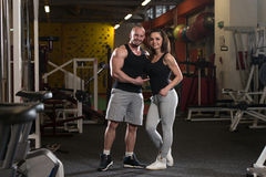Молодые пары представляя в спортзале Стоковое Изображение RF