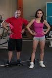 Молодые пары представляя в спортзале Стоковые Изображения RF