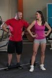 Молодые пары представляя в спортзале Стоковое Фото
