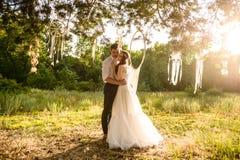 Молодые пары приближают к dreamcatcher на лесе Стоковые Изображения RF