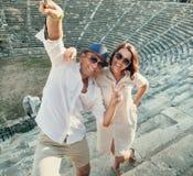 Молодые пары принимают фото собственной личности на античных руинах Стоковые Изображения