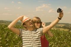Молодые пары принимая selfie, винтажный стиль стоковая фотография rf