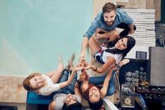 Молодые пары принимая selfie на крыше Стоковое Изображение