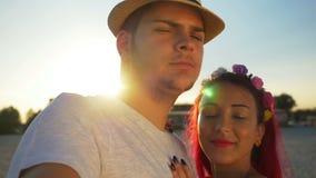 Молодые пары принимая selfie на пляже на заход солнца сток-видео