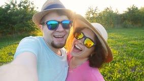 Молодые пары принимая selfie на солнечный день сток-видео