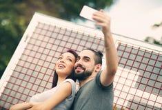 Молодые пары принимая selfie стоковые изображения rf
