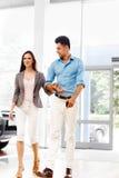 Молодые пары пришли в выставочный зал автомобиля Автоматический салон Стоковые Фото